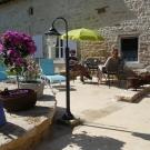 368157-la-ponne-terrasse-et-jardin-2-4.jpg